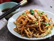 Рецепта Нудли с пилешки гърди, броколи, грах и чушки по китайски
